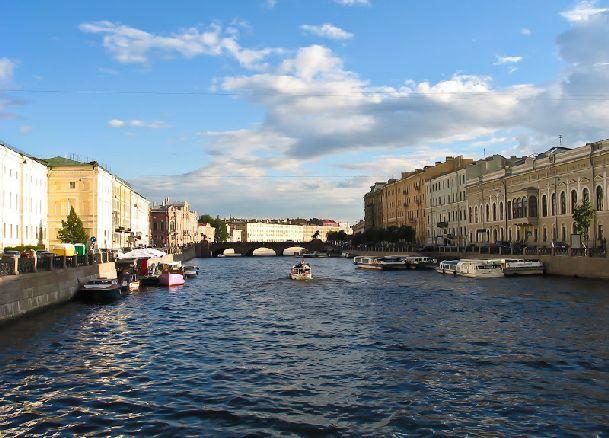 Август - один из лучших месяцев для посещения Петербурга, однако, как и в любое другое время года, погода в августе бывает весьма капризной